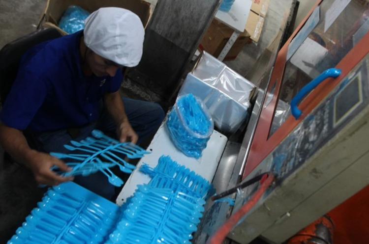 Por decisión de autoridades municipales de San Pedro Sacatepéquez queda prohibido el uso de plásticos desechables en ese municipio. (Foto Prensa Libre: Hemeroteca PL).