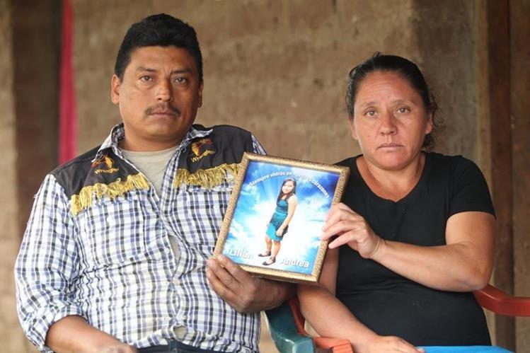 Édgar Gómez y María Arceno sostienen un retrato de su hija, de 13 años, mientras aseguran que no debió estar allí ese día. (Foto Prensa Libre: Erick Avila)