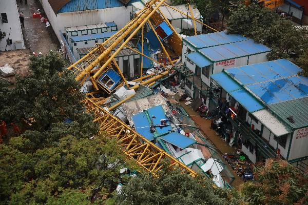 La grúa se desplomó debido a los vientos fuertes y mató a 18 personas. (AFP)
