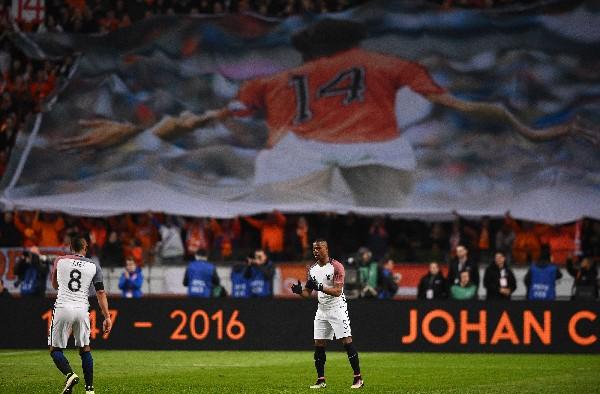 El partido sirvió para hacerle un homenaje a Johann Cruyff, quien falleció el jueves. (Foto Prensa Libre: AFP).