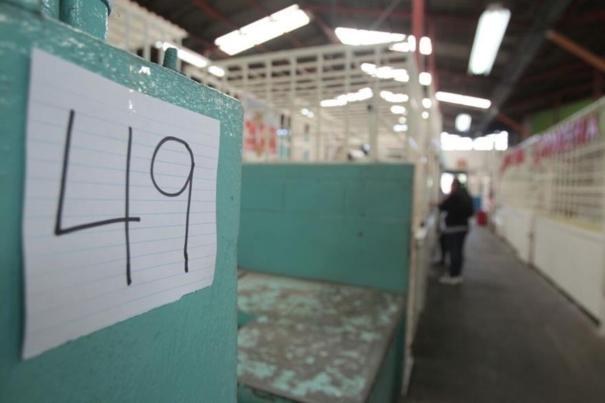 Números sobre una cartulina identifican a los comercios acechados por los extorsionistas en el mercado La Candelaria, zona 6. (Foto Prensa Libre: Erick Ávila)