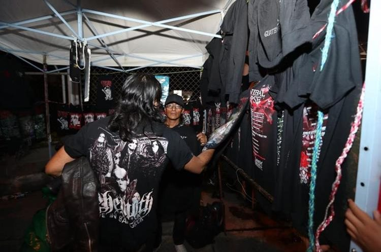 Venta de camisetas e indumentaria a las afueras del concierto de Cannibal Corpse y Napalm Death, que fue cancelado (Foto Prensa Libre: Óscar Rivas).