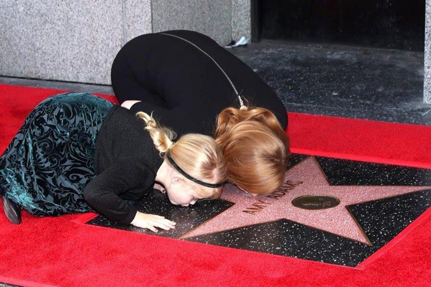 La actriz estadounidense Amy Adams besa su estrella junto a su hija, Aviana Olea Le Gallo. (Foto Prensa Libre: EFE)