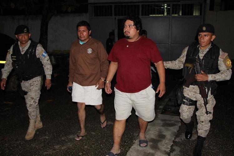 Los dos capturados por autoridades en el Parque Nacional Tikal. (Foto Prensa Libre: Rigoberto Escobar).