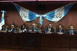 Fitch Ratings alerta que tensiones políticas debilitan la economía en Guatemala