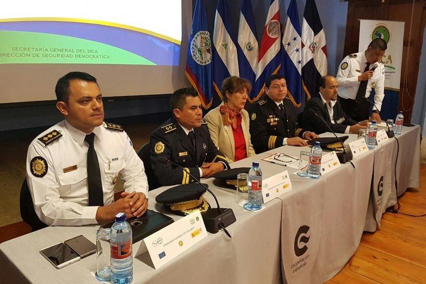 El subdirector de Investigación Criminal, Stu Velásco inaugura el evento en La Antigua Guatemala, Sacatepéquez. (Foto Prensa Libre: PNC)