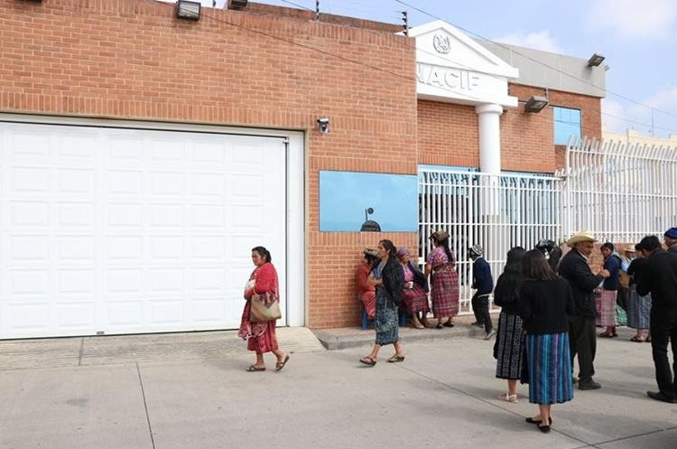 Familiares exigen justicia por la muerte del guardia de seguridad que repelió un asalto en una cooperativa. (Foto Prensa Libre: María José Longo)