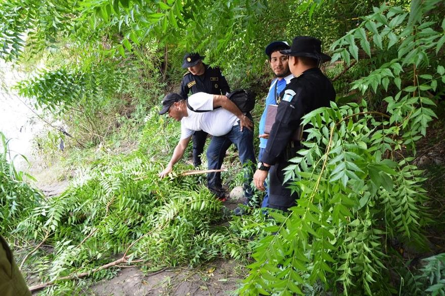 En el río Grande fue localizada el cadáver de una mujer de nacionalidad hondureña. (Foto Prensa Libre: Víctor Gómez)
