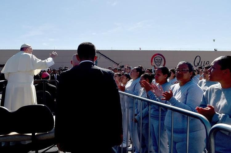 MEX20. CIUDAD JUÁREZ (MÉXICO), 17/02/2016.- El papa Francisco durante su visita al interior del Centro Penitenciario (CeReSo n3) de Ciudad Juárez (México) hoy, miércoles 17 de febrero de 2016, . El papa Francisco cumple hoy en la fronteriza Ciudad Juárez, en el norteño estado de Chihuahua, la última jornada de su visita a México, iniciada el 12 de febrero, en la que convivirá con reos y trabajadores, y oficiará una misa con migrantes. EFE/Gabriel Bouys **POOL**