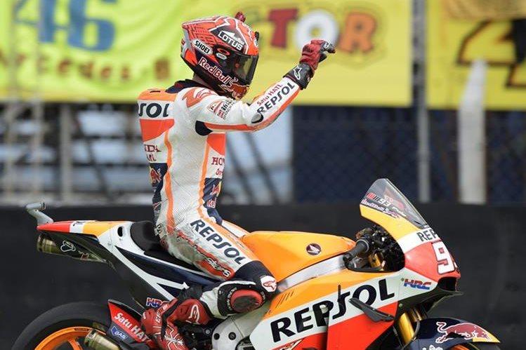 Marc Márquez celebra el triunfo de este domingo. (Foto Prensa Libre: AFP)