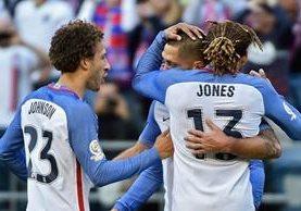 Clint Dempsey, anotador del primer gol estadounidense, es felicitado por Jones y Johnson (Foto Prensa Libre: AFP)