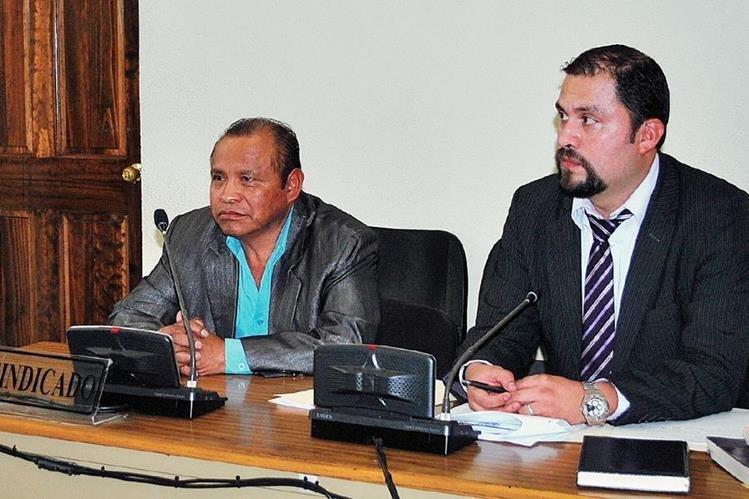 El alcalde de Zunil, Quetzaltenango, José María Chay Quiej, junto a su abogado en Juzgado Tercero de Primera Instancia Penal de ese departamento.  (Foto Prensa Libre: Alejandra Martínez)