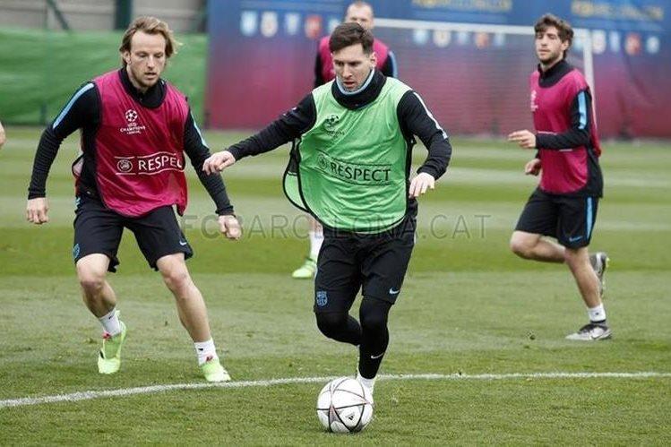 Lionel Messi conduce la pelota durante el entrenamiento del equipo catalán este martes en Barcelona. (Foto Prensa Libre: FC Barcelona)