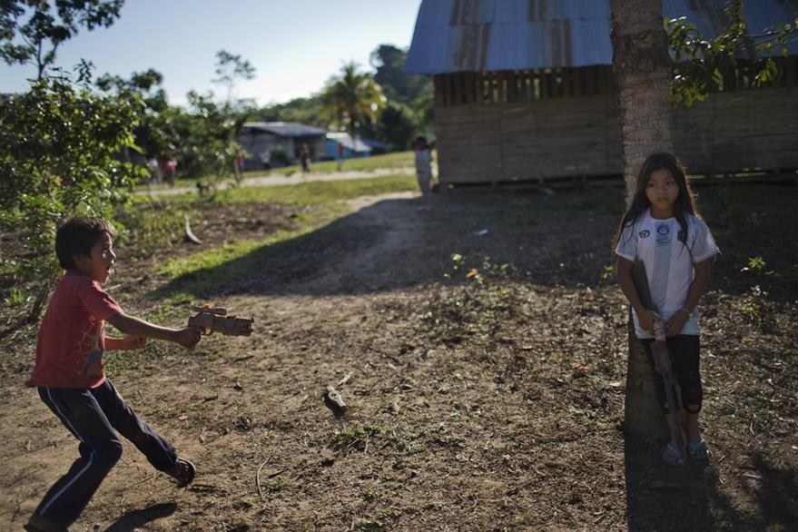 Dos niños juegan en una humilde vivienda. (Foto Prensa Libre: AP).