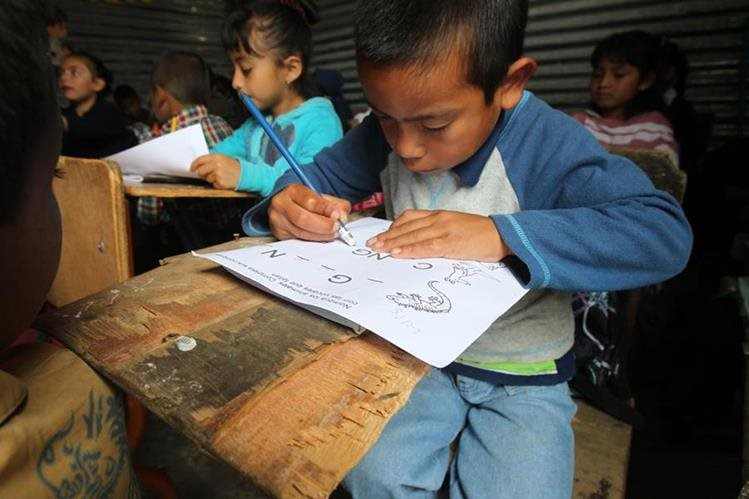 Miles de niños tienen que abandonar sus estudios, sobre todo en la provincia. (Foto Prensa Libre: Esbin García)