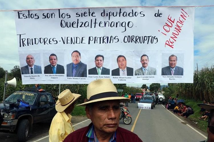 Pobladores de Quetzaltenango exigen la renuncia de sus representantes en el Congreso. (Foto Prensa Libre: Carlos Ventura)