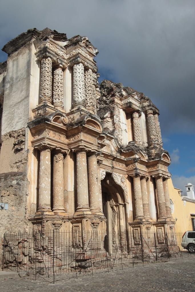 Las ruinas del Carmen, ubicadas en la tercera avenida, puedes ser apreciadas por los visitantes. (Foto Prensa Libre: Miguel López)