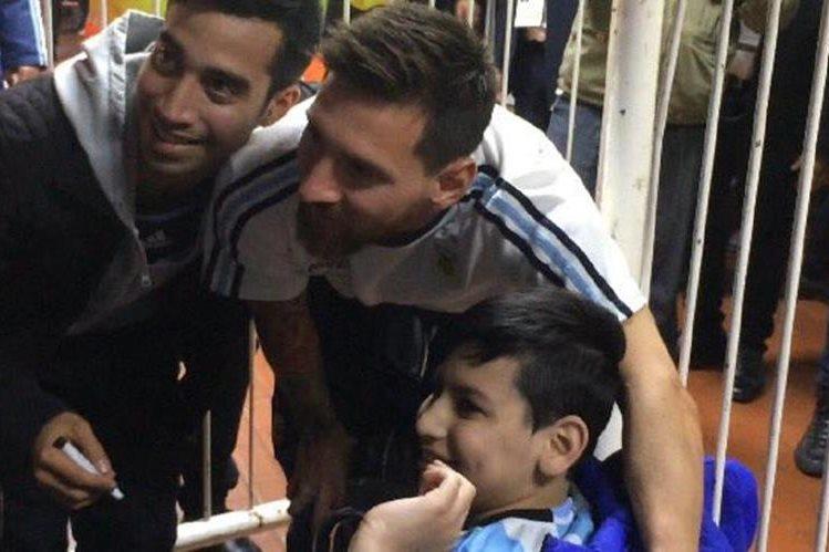 Leo Messi junto a Franco y su hermano en los pasillos del estadio Monumental. (Foto Prensa Libre: minutouno.com)