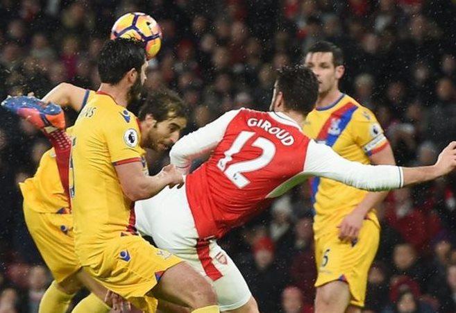 """Giroud conecta para marcar """"su gol"""" rodeado de defensores del Crystal Palace. (EPA)"""