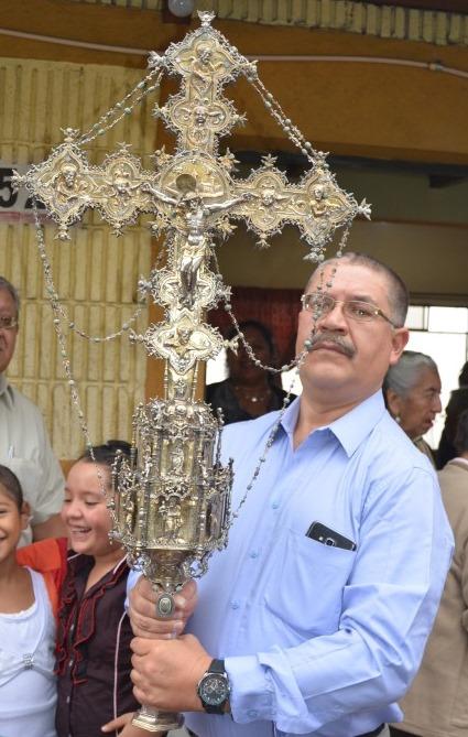 Cofrade sostiene imagen de la Santa Cruz, en la cabecera de Sololá. (Foto Prensa Libre: Édgar René Sáenz)