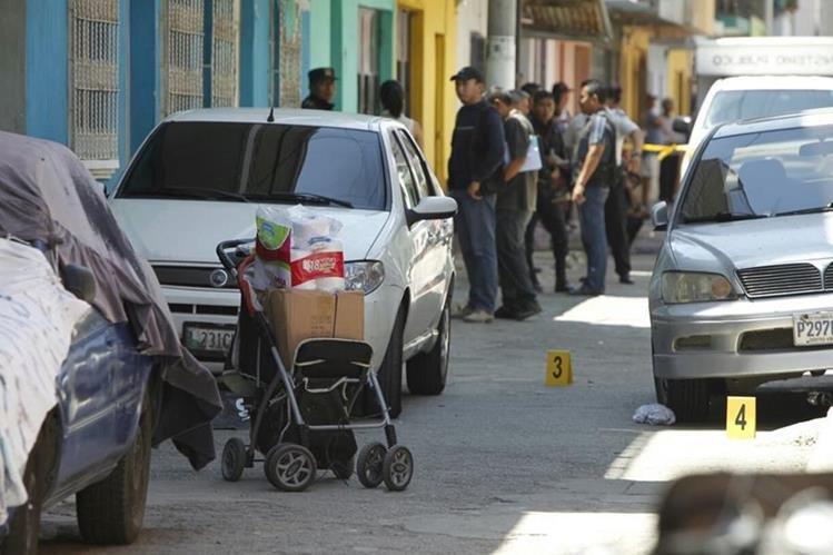 Claudia Marina Saquic y su hija de 14, murieron a balazos junto a la carreta con el producto que vendían de casa en casa. (Foto Prensa Libre: Paulo Raquec)