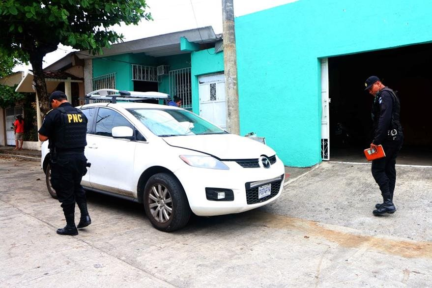 Agentes de la PNC localizan el vehículo que era conducido por Claudia María Aragón Villacorta, quien es señalada de haber arrollado a un niño de 1 año, en la zona 4 de Retalhuleu. (Foto Prensa Libre: Rolando Miranda)