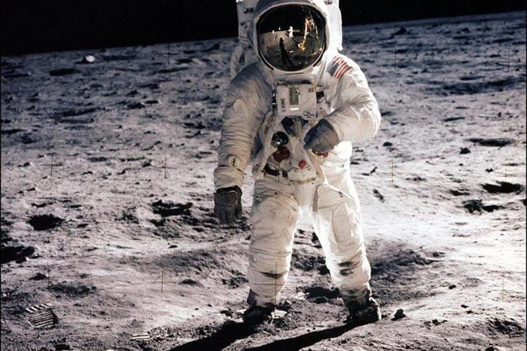 El astronauta Neil Armstrong camina sobre la superficie lunar el 20 de julio de 1969. (Foto: AFP)