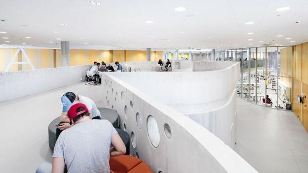 El mobiliario de las escuelas de diseño abierto es ajustable e incluye sofás y pufs. KUVATOIMISTO KUVIO OY