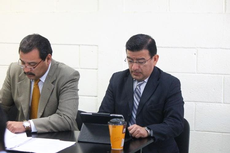 German Estuardo Velásquez Pérez, con su abogado defensor en el Tribunal de Femicidio de Quetzaltenango.(Prensa Libre: María José Longo).