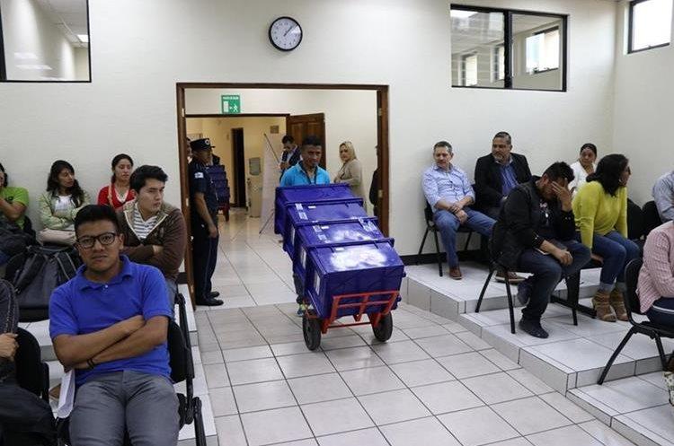 La fiscalía cuenta con cientos de documentos como pruebas en el caso por corrupción en la municipalidad de Quetzaltenango. (Foto Prensa Libre: María Longo)