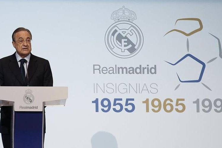 El presidente del Real Madrid, Florentino Pérez, durante el acto de entrega de las insignias de plata, oro y oro y brillantes a los socios que en 2015 alcanzaron la antigüedad ininterrumpida de 25, 50 y 60 años. (Foto Prensa Libre: EFE)