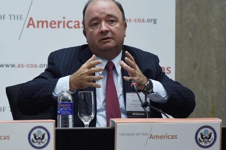 El ministro colombiano de Defensa, Luis Carlos Villegas, anuncia la medida. (Foto Prensa Libre: EFE).