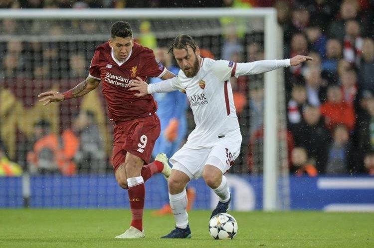 Roberto Firmino del Liverpool en la pelea por el el balón con Daniele De Rossi de la AS Roma. (Foto Prensa Libre: EFE)