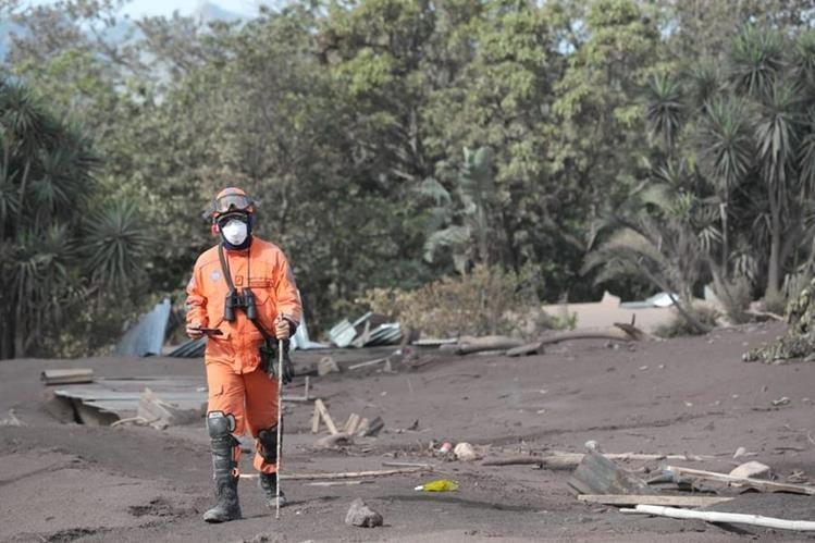 Los rescatistas se han expuesto a las condiciones difícil en la zona cero de la tragedia del Volcán de Fuego (Foto Prensa Libre: Estuardo Paredes).