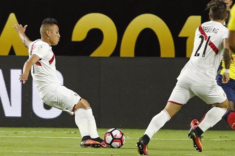 Cueva se llevó los aplausos con un tremendo gol frente a Ecuador. (Foto Prensa Libre: AP)