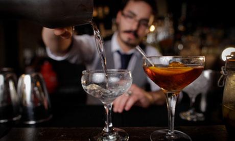 Foto referencial. El hombre tiene prohibido trabajar en un bar durante un año. (Foto Prensa Libre: Internet).