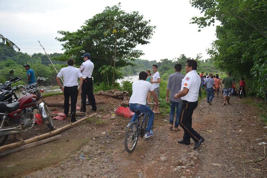 Alrededores del río Ocosito, en la cabecera de Retalhuleu, donde socorristas buscan a un hombre que fue arrastrado por la corriente. (Foto Prensa Libre: Jorge Tizol)