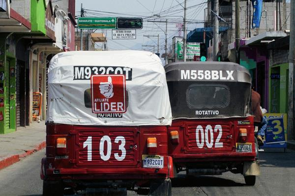 Un mototaxi  porta  una calcomanía del Partido Líder, en la cabecera de Jalapa. (Foto Prensa Libre: Hugo Oliva)