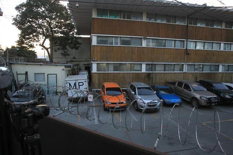 El Ministerio Público permanece en las instalaciones de la Digici realizando un allanamiento judicial. (Foto Prensa Libre: Esbin García)