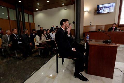El astro argentino escucha atento el juicio en su contra, por evasión de impuestos. (Foto Prensa Libre: AFP)