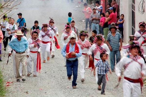 """<p>Pobladores participan en la corrida del Niño Dios, en Rabinal, Baja Verapaz. (Foto Prensa Libre: Carlos Grave) <br _mce_bogus=""""1""""></p>"""
