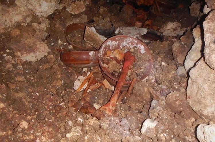 Primeros descubrimientos en la tumba. (Foto Prensa Libre: Cortesía de Proyecto Arqueológico Waka´y Ministerio de Cultura y Deportes de Guatemala)