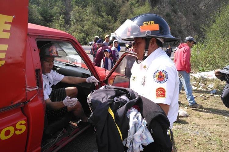 Los socorristas reanimaron a la menor, a quien trasladaron al Hospital Nacional de Sololá, donde falleció. (Foto Prensa Libre: Ángel Julajuj)