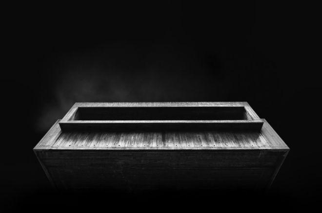 """Jonathan Walland captó esta imagen en Londres y la explica así: """"Esta forma parte de una serie de fotografías que demuestran cómo la ausencia de luz puede utilizarse para conducir la atención del observador hacia lo que el fotógrafo intenta destacar"""". JONATHAN WALLAND"""