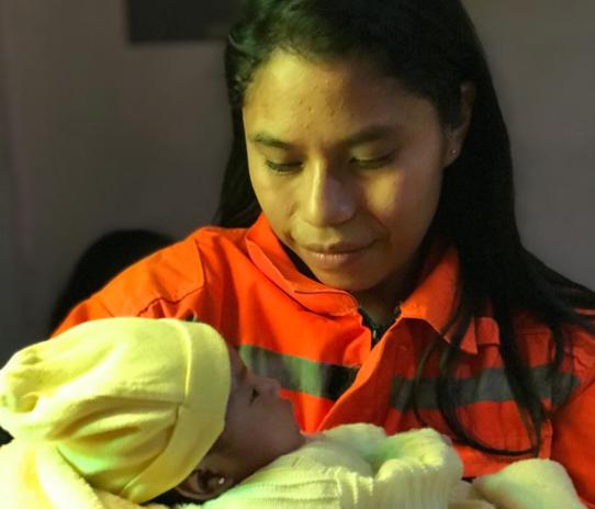 La bebé Dulce Abigail Castillo fue visitada por varios compañeros de su padre Antonio Castillo. (Foto Prensa Libre: Cortesía Saulo Morales).