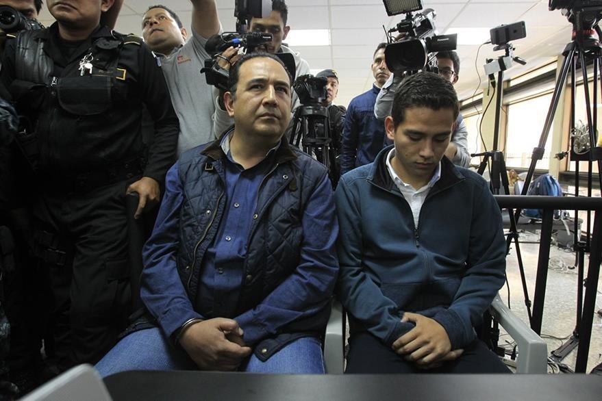 Sammy Morales y su sobrino José Manuel Morales esperan la audiencia por el caso Botín en el Registro de la Propiedad. (Foto Prensa Libre: Carlos Hernández)