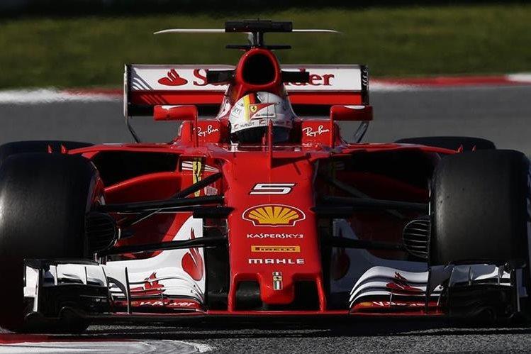 El piloto alemán Sebastian Vettel continúa con las pruebas en Barcelona. (Foto Prensa Libre: EFE)