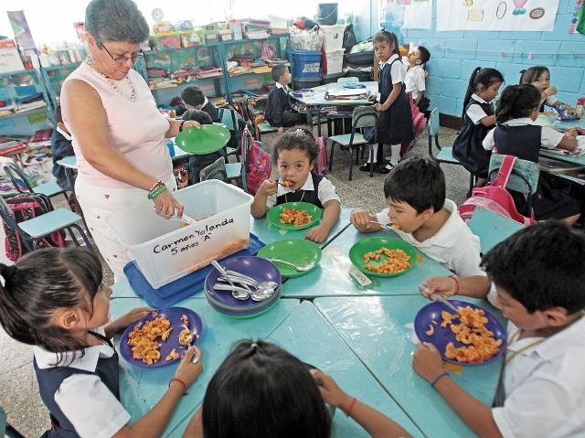 Los recursos asignados por día para cada niño son insuficientes para proporcionarles una refacción completa. Las OPF se limitan a dar un vaso de atol, una porción de pasta o un pan.