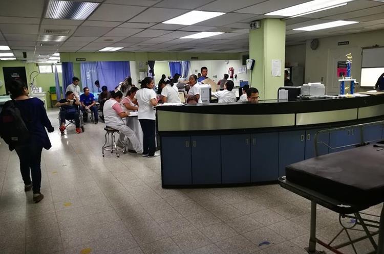 Decenas de pacientes y personal médico se movilizan a diario en el IGSS 7-19. (Foto Prensa Libre: Oscar García).