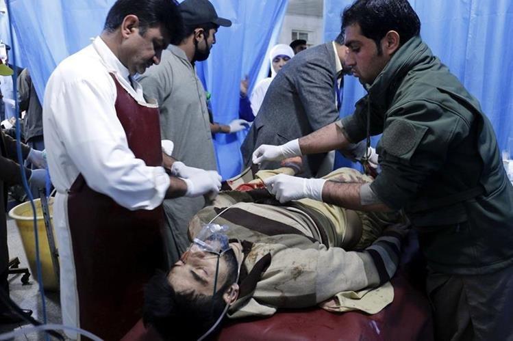 Uno de los heridos tras el atentado suicida en una oficina gubernamental en Pakistán es atendido por paramédicos. (Foto Prensa Libre: EFE).